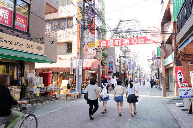 幕末期には2400軒の家が立ち、約1万人の人口を有したという千住宿。江戸で最大の宿場町として栄えた界隈は現在「宿場町通り商店街」に姿を変え、周辺4つの商店街と合わせ一大商圏を成しています