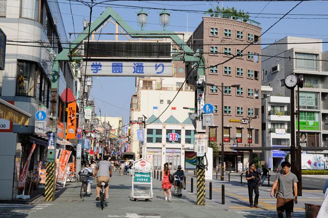 一方、東口にも商店街が延びています。こちら側には東京電機大学のキャンパスがあるため、学生の姿が目立ちました
