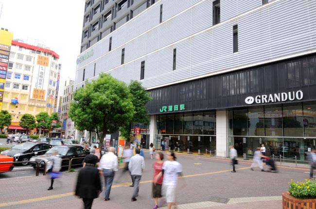 多くの人が行き交うJR蒲田駅。駅ビル「GRANDUO(グランデュオ)蒲田」は、駅のリニューアルと同時に建設されました。若い人向けのトレンドを押さえたショップが多く入っています