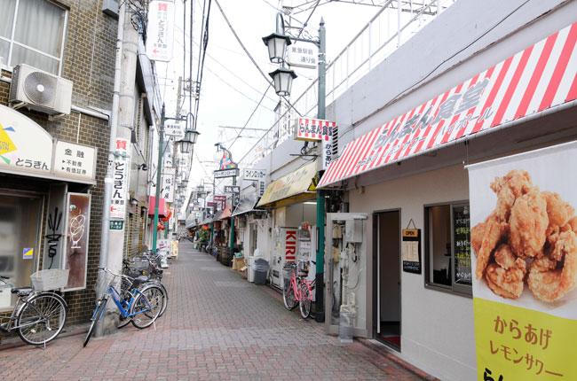 一方で、東急蒲田駅につづく蒲田東急駅前通り、通称「バーボンロード」は、B級グルメのお店やスナックなどの飲み屋が連なっています