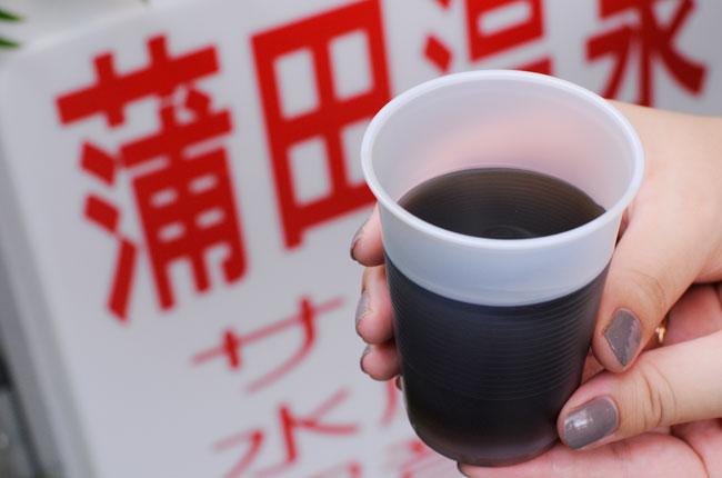 特徴はミネラルたっぷりの黒いお湯。どれくらいの黒さかというと、3cmくらい沈むとその先が見えなくなってしまうほど。コップに入れるとアイスコーヒーと見間違えそう……。毒々しい色ですが、身体にはいいんです。