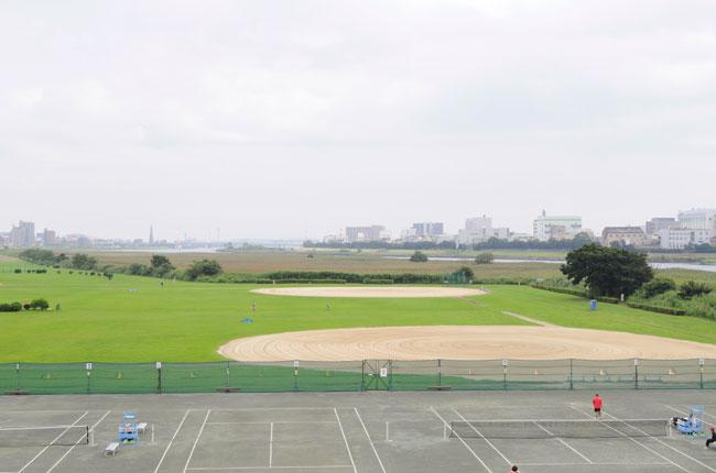 きれいに整えられた芝生の横には野球場やテニスコートが並んでいます。こちらの写真の左側にはランニングコースもあり、犬の散歩をしている人もちらほら。のどかな光景が広がっています