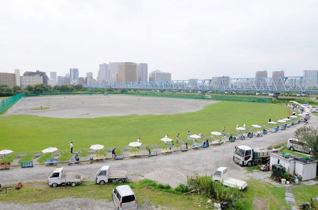 「六郷ゴルフ倶楽部」というゴルフ練習場もあります。以前はこの周辺一帯がゴルフコースだったそう。300ヤード飛ばせる広大な河川敷には、この日も多くのゴルファーが集まっていました。開放的な空間でフルスイングできるなんて気持ちよさそうですね