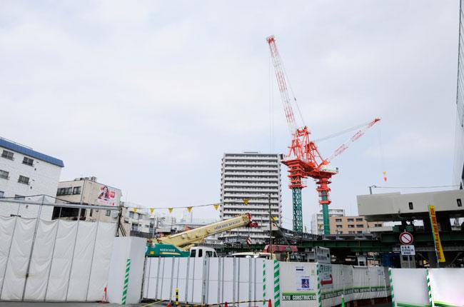 現在、京急蒲田駅西口直結の20階建ての分譲マンション「プラウドシティ蒲田」が建設中。地下1階から地上3階には商業施設が入店予定。京急蒲田駅の地上2階の改札から、JR蒲田駅に向かって歩行者デッキの建設も予定されています