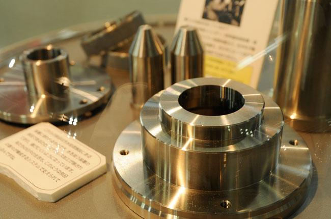 大田区が全国に誇る技をもつ職人「大田の工匠」のひとりに選ばれた岩井仁さんによる加工が施された金属の部品。原子炉制御シリンダーや新幹線車体制御装置など、精密さが要求される部品を手掛けています。外径は0.01mmまでの精度で加工できるとか。部品というより芸術品の域です