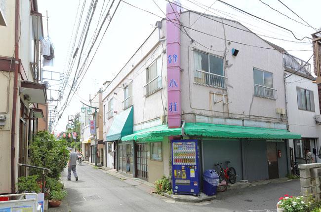 商店街の中ほどにある「チャレンジスポット!鈴木荘」。区内外からやってきた若者が集結し、お店やギャラリーを営んでいます