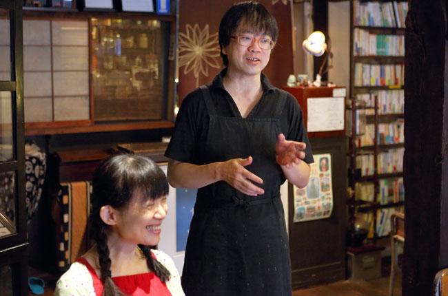 「カフェ こぐま」オーナーで、鳩の街の住人でもある山中さん夫婦。ここに移り住んで8年目です