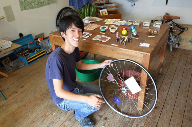 一方、こちらは3カ月前に向島へやってきた長谷川さん。前述の「鈴木荘」で、自転車雑貨「千輪」を営んでおられます。「ここは古いものがそのまま地元の人に愛され続けている街。それでいて、新しい人たちも柔軟に受け入れてくれる懐の深さがあります。じつは最初は外からの人間は冷たくされるんじゃないかと心配していたのですが、仲良くなったお客様がキュウリを差し入れてくれたり、本当にやさしい方が多いですね」