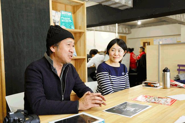 立川新聞編集長の戸田裕二さん(左)落合祥子さん(右)