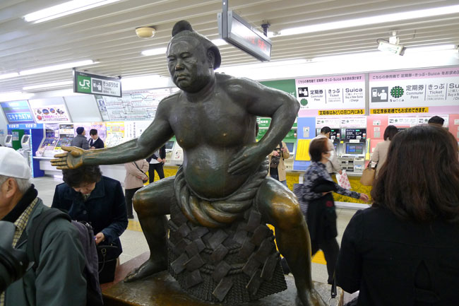 小岩出身の大横綱「栃錦」のブロンズ像