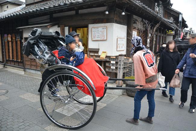 一番街を人力車で観光する親子