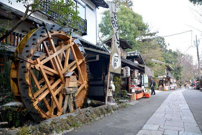自然林が鬱蒼と生い茂る「深大寺」の参道沿いには、蕎麦屋や土産物屋が数多く建っている