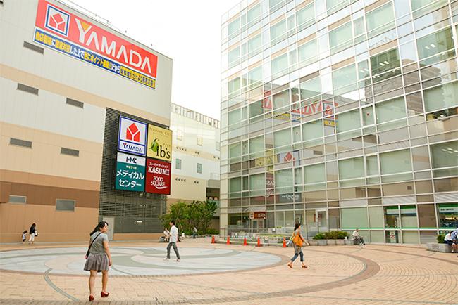 「ターミナルシティー本八幡」の商業棟に入るヤマダ電機。右が京成電鉄本社