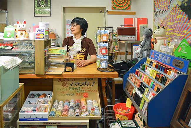 17時から22時まで開いている文房具店「ぷんぷく堂」。ご主人の櫻井有紀さんは生まれは東京で、結婚を機に本八幡に引越してきたそう。本八幡の落ち着いた住みごごちを気に入っているとのこと