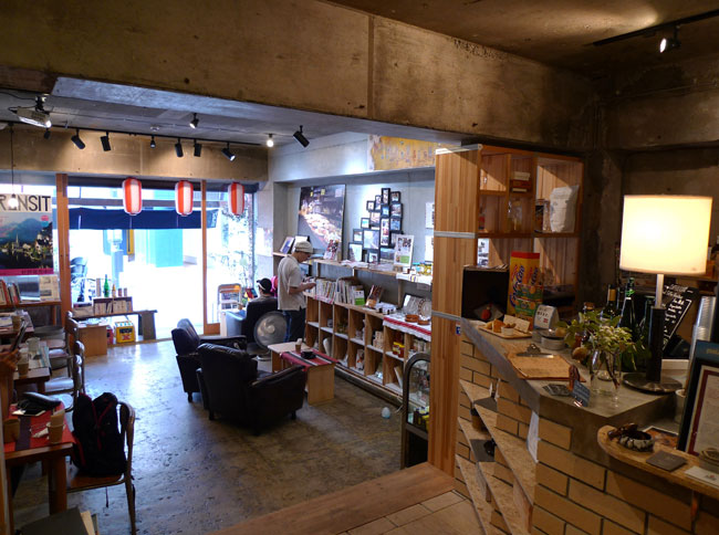 「KAIDO books&coffee」の1階