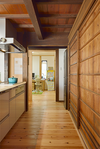 【キッチン】物入れの扉には古い板戸を再利用。キッチンの延長線上に子ども部屋があるので、料理をしながら子どもの様子がわかり、会話も弾む