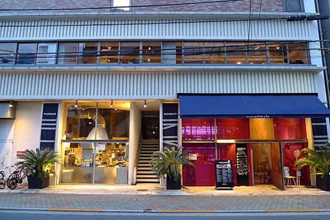 隅田川沿いに建っていた7階建ての古いビルを2011年にリノベーションしてつくられたアートと食をテーマにした複合商業施設「MIRROR」。ギャラリーやカフェ、レストランなどが入っている
