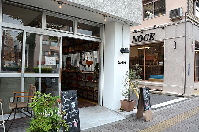 雑貨店とカフェを融合させた店など、さまざまな業態の店舗が蔵前に増殖中。奧に見える家具ショプ「NOCE」が入っている「タイガービル」は台東区に現存するビルの中では最も古く(昭和9年築)有形文化財に指定されている