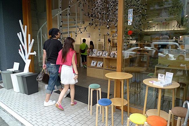 街にはクリエイター自らがつくって売る小規模店と、大手の雑貨メーカーによる大規模ショップが混在しているが、どの店も一様にセンス、デザインへの強いこだわりが感じられる