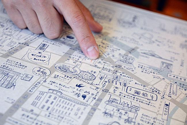 カキモリでは、街全体の活性化につながればという想いから、イラストマップをつくり無料で配布している。新しい店舗が増えるたびに修正を加えていき、現在は18版目だとか