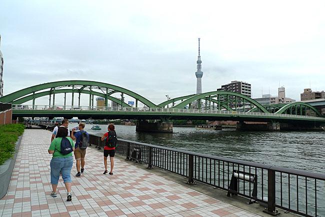 厩橋の向こうに東京スカイツリーがそびえる「隅田川テラス」からの眺め。スカイツリーや橋に明かりが灯るころが特に素晴らしく、地元の人に蔵前でお気に入りの場所はどこ?と聞くと、ほとんどの人はこの場所を挙げる