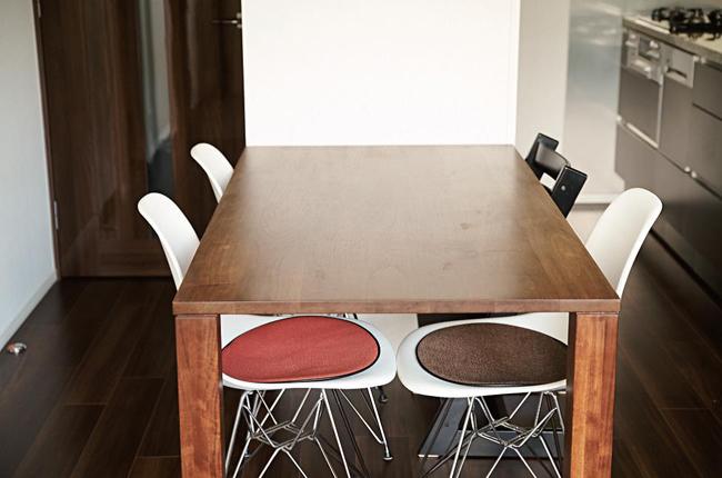 柱の幅に合わせたセミオーダーのテーブル