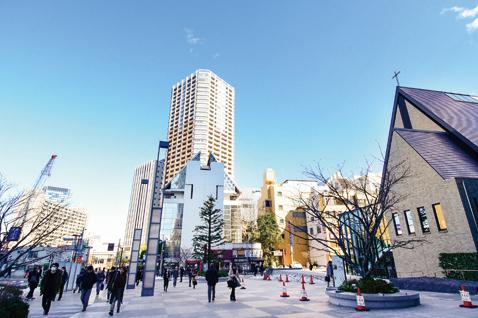教会が立つ飯田橋駅の駅前広場