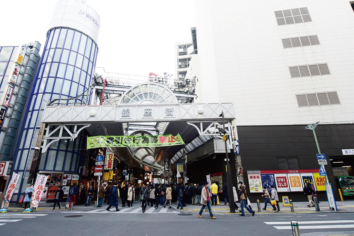 京急川崎駅前には映画館や商店街も