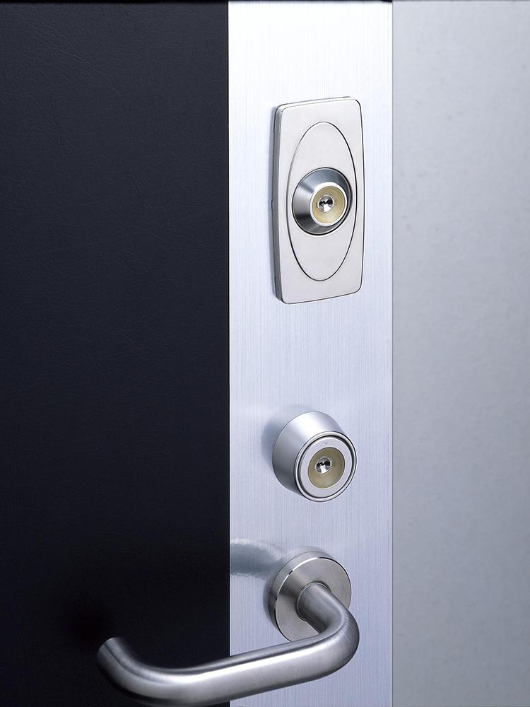 補助錠を取りつけたドア