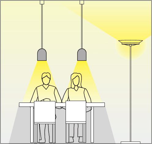 ペンダントライトだけでなく、スタンドライトも組み合わせることで、明るさを確保する