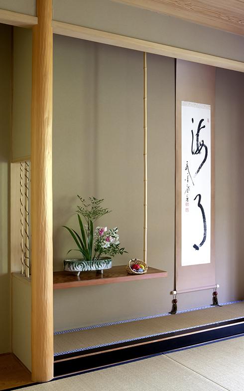 飾り棚や掛け軸が飾られた床の間の写真