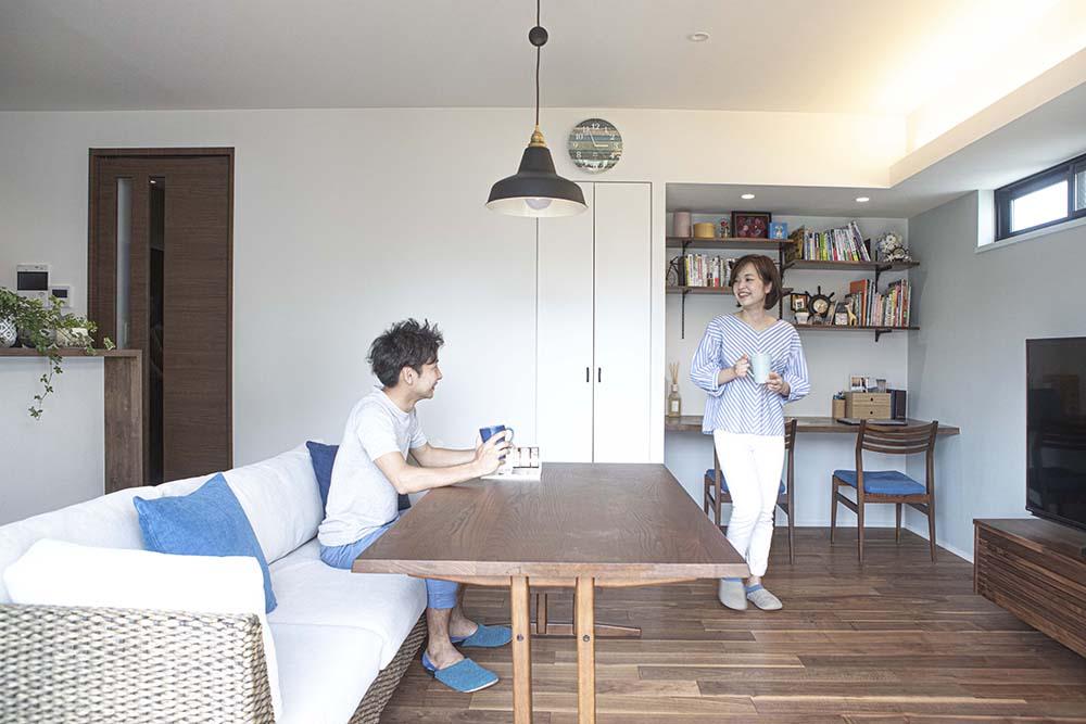 好きなものに囲まれたリビングで、コーヒーを飲むご夫婦
