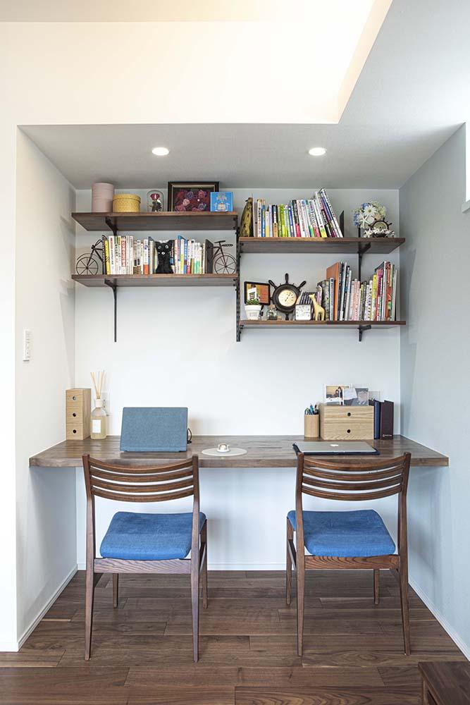 壁面の見せる収納に、本やこだわりの雑貨を飾る