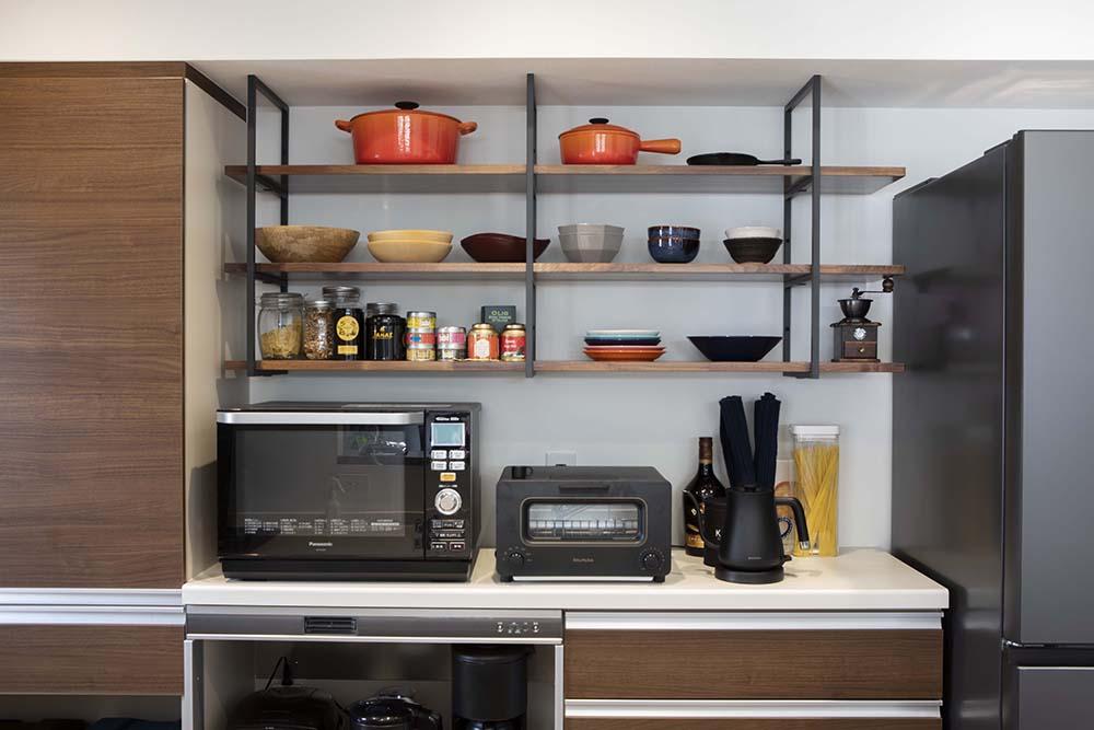 キッチンの見せる収納には、お気に入りの鍋やお皿を並べる