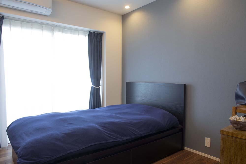 深いブルーの布団カバーやカーテン、気持ちが落ち着きそうな寝室