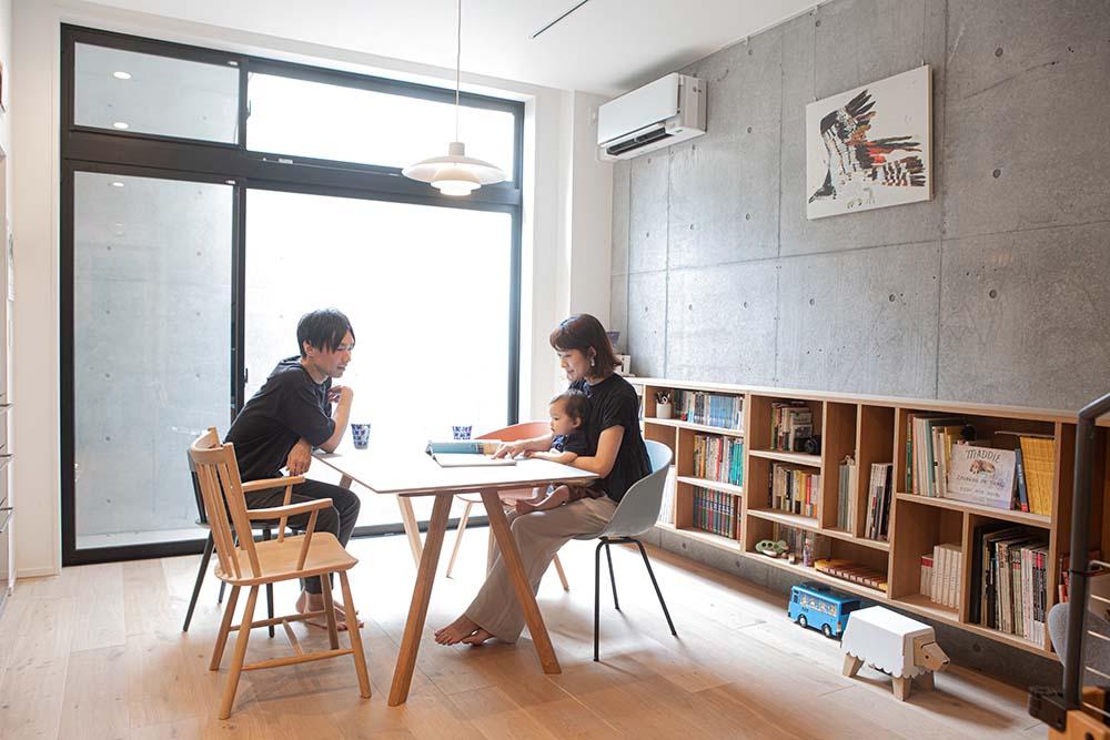 大きな窓と北欧の家具をお手本にした本棚が特徴的なダイニング
