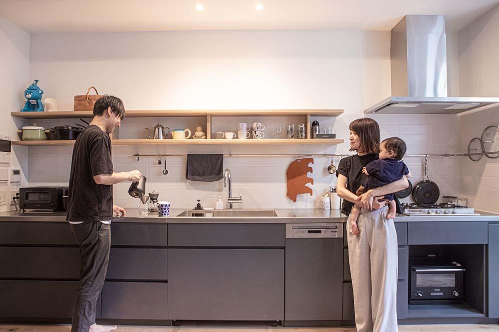 キッチンの前に立つご夫婦