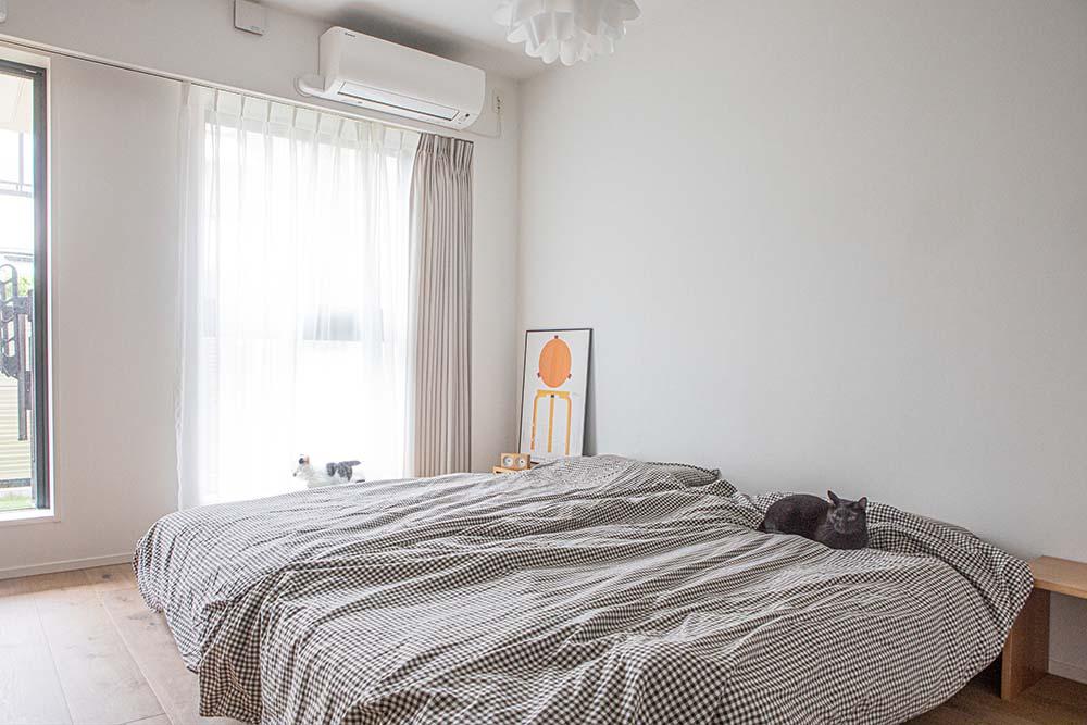 ベッドの上で休む猫たち