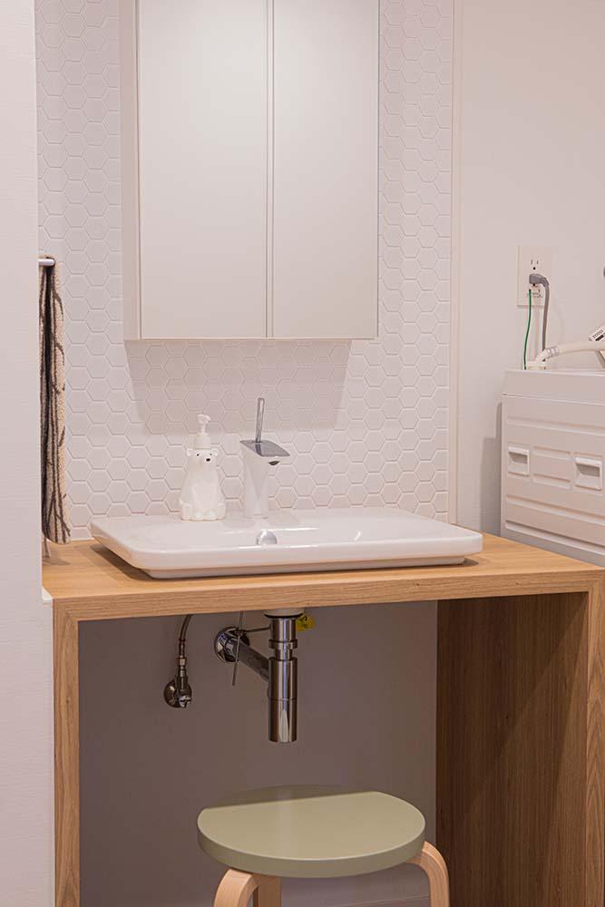 北欧テイストのすっきりとした洗面台