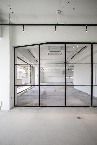 天井や壁の白に馴染む白いダクトレールではなく、あえて黒のダクトレールを設置。色のコントラストが空間のアクセントになるケースも(画像提供:ブルースタジオ)