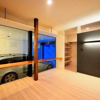 主寝室とガラスで仕切られたインナーガレージ