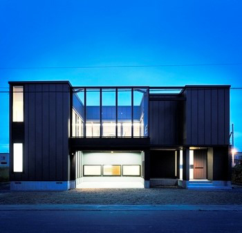 デザイン性の高いガルバリウム鋼鈑の外壁とガレージ