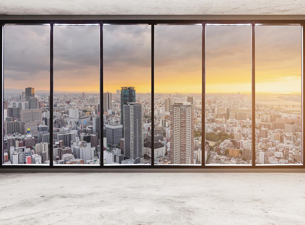 高層階から眺める夕日とビル群