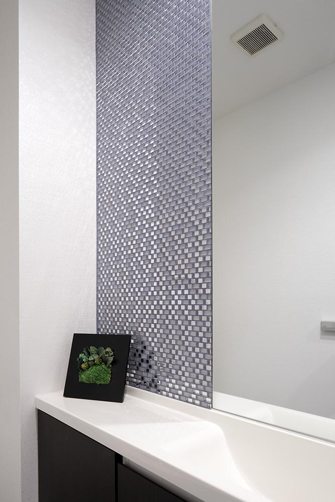 洗面所の鏡の横にタイルを貼付