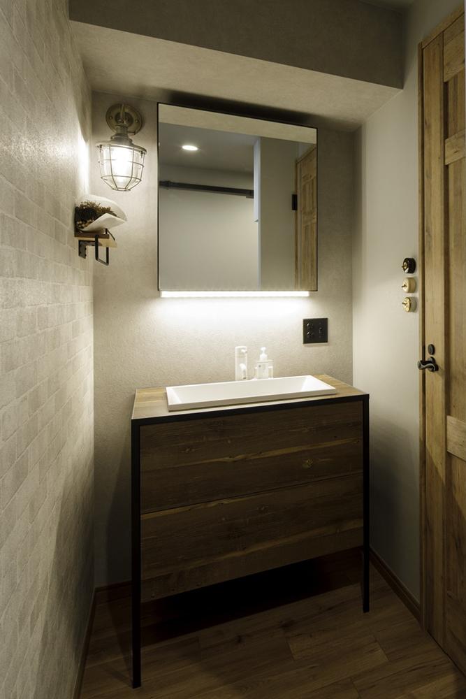 ヴィンテージ感のある洗面所の壁紙