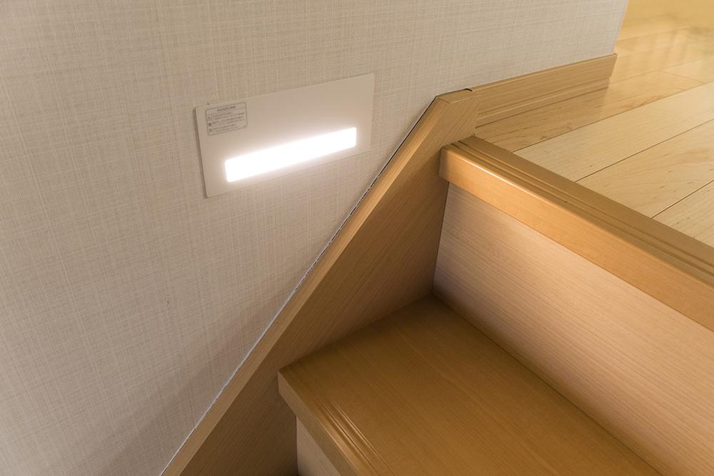 階段に設置したフットライトの写真