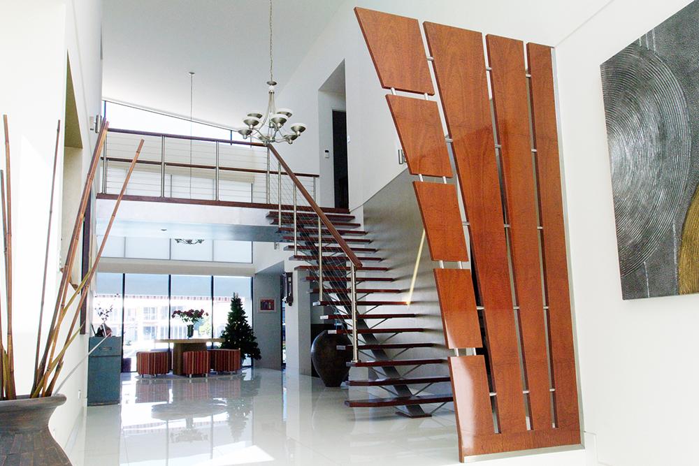 オープン階段とペンダントライトでゆとりのある玄関ホールの写真