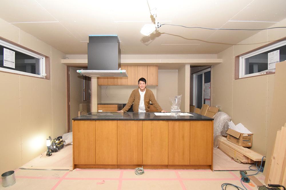 建築中のマイホームのキッチンに立つコジマジックさん