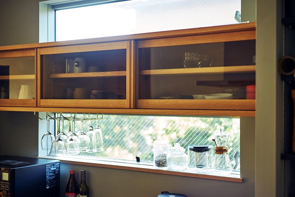 キッチンの棚と、収納にも使っている窓の縁