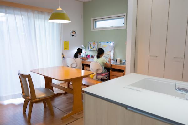 キッチンから見える位置にあるスタディコーナーで勉強をする姉妹